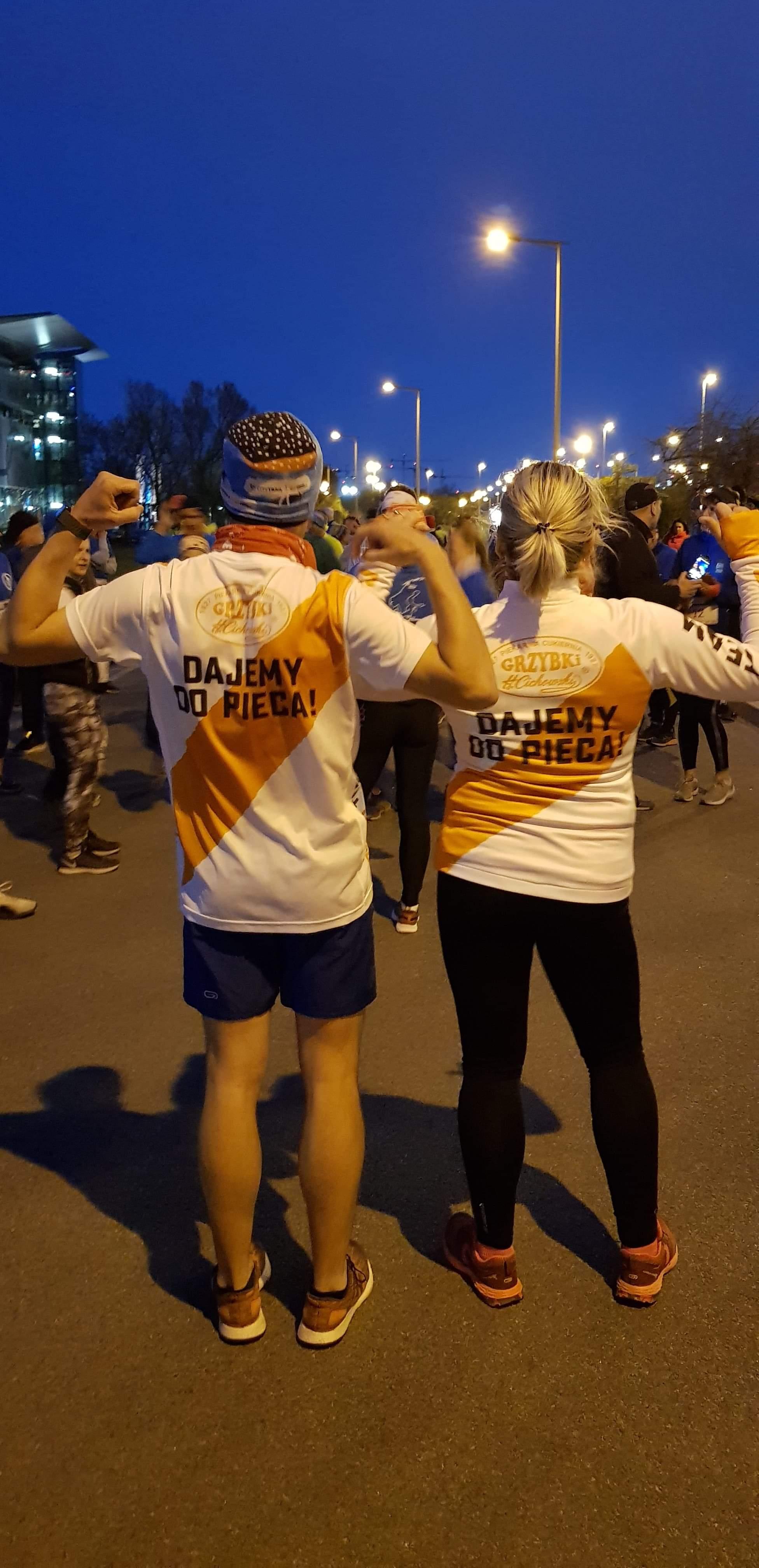 Ania i Łukasz gotowi do biegu.   Etapowy Maraton Pokoju - Bitwa o Narwik - Warszawa 10 kwietnia 2019r.