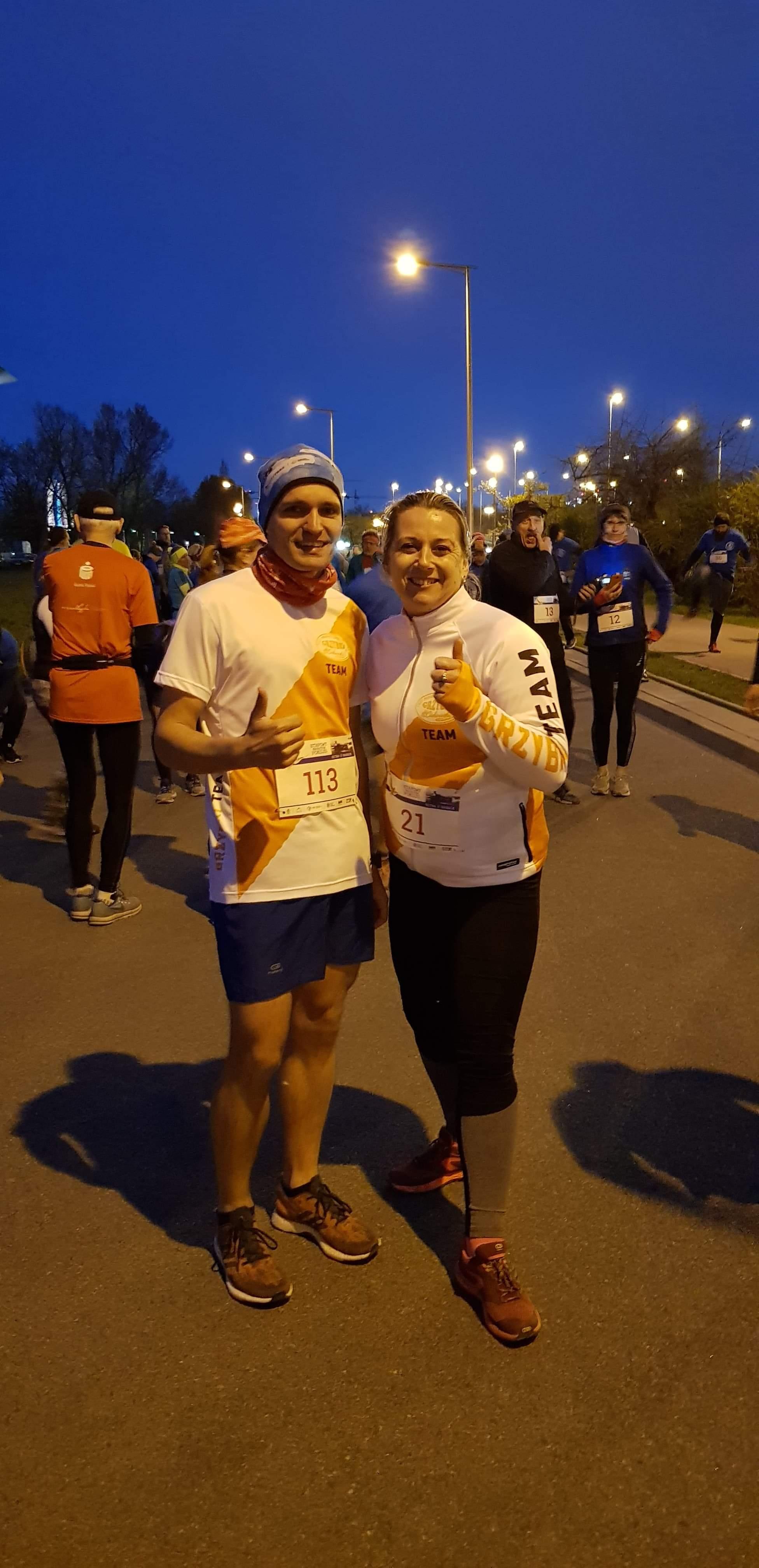 Ania i Łukasz przed startem.   Etapowy Maraton Pokoju - Bitwa o Narwik - Warszawa 10 kwietnia 2019r.