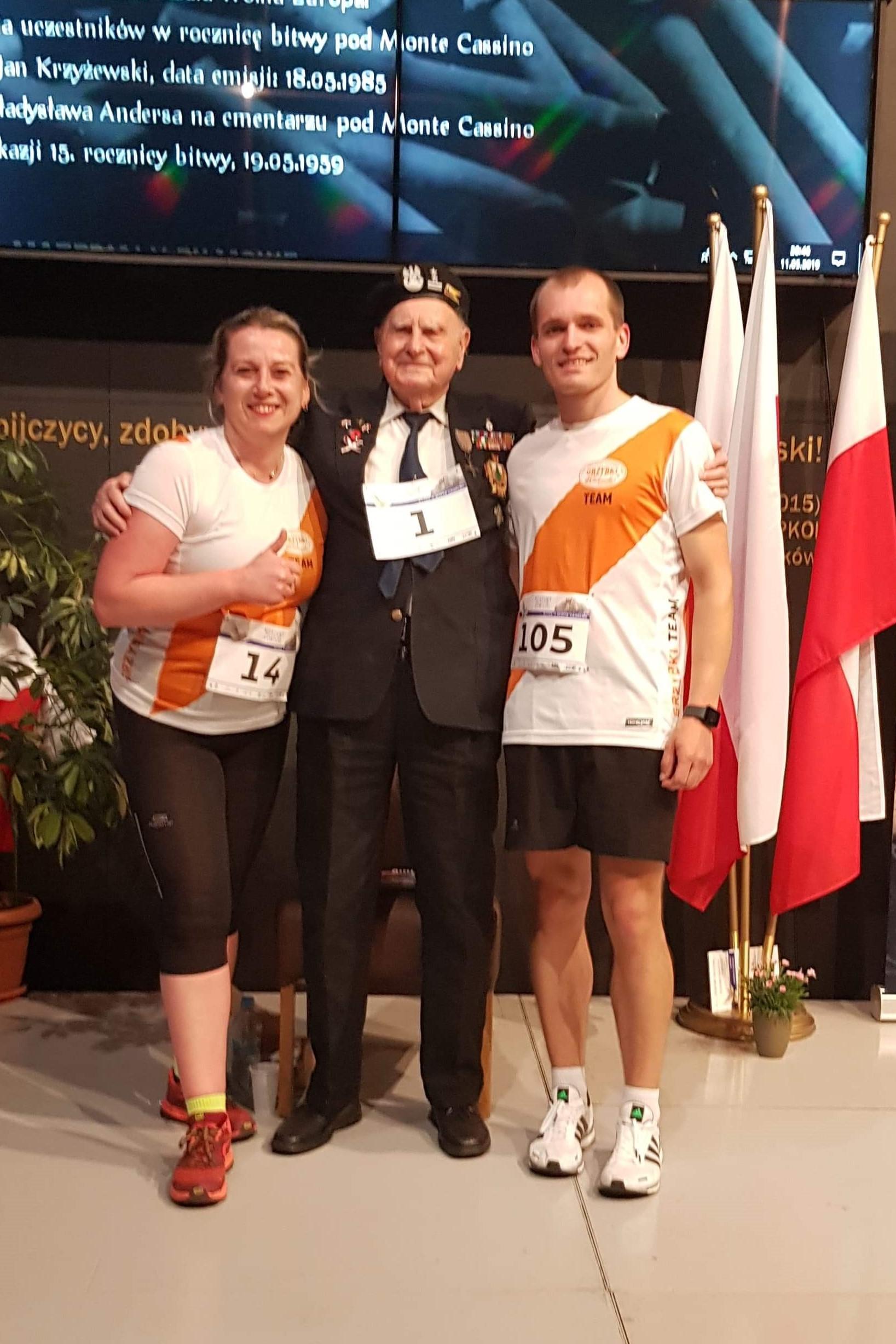 Ania i Łukasz w towarzystwie jednego z uczestników bitwy o Monte Cassino - p. Antoniego Łapińskiego   Etapowy Maraton Pokoju - Bitwa o Monte Cassino - Warszawa 11 maja 2019r.