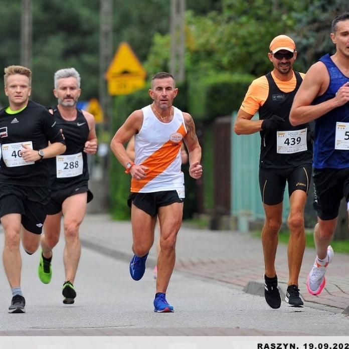 Bieg na 10 km w Raszynie z udziałem naszego reprezentanta Marcina, który zrobił swoją życiówkę z czasem 39.41min. BRAWO! - Raszyn 19 września 2021 r.